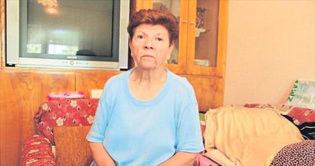 Yaşlı kadının 400 bin lirasını dolandırdılar