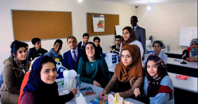 Suriyeli öğrencilerin karne sevinci