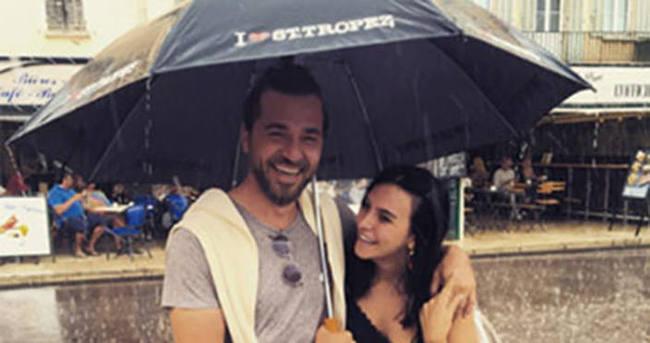 Şemsiye altında aşk pozu