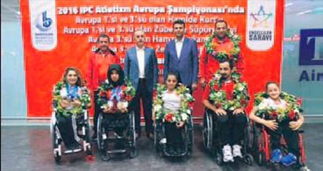 Engelli şampiyonlar çiçeklerle karşılandı
