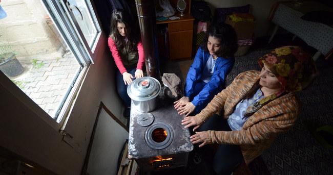 Kars'ta evlerde hala soba yakılıyor