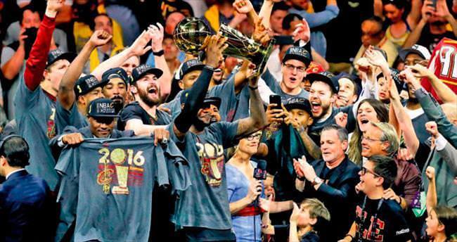 Kral LeBron James tahta çıktı!