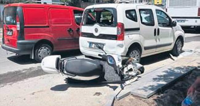 Freni kopan motosiklet otomobile çarptı