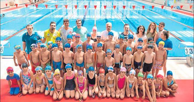 Antalyalı çocuklar yüzme kursu alıyor