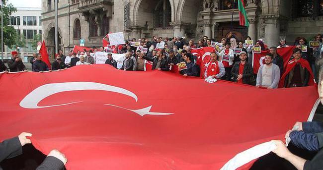 Duisburg'ta yaşayan Türkler Ermeni kararını protesto etti