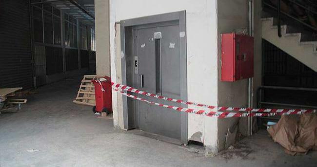 Asansörde mahsur kalan çocuk yaşamını yitirdi