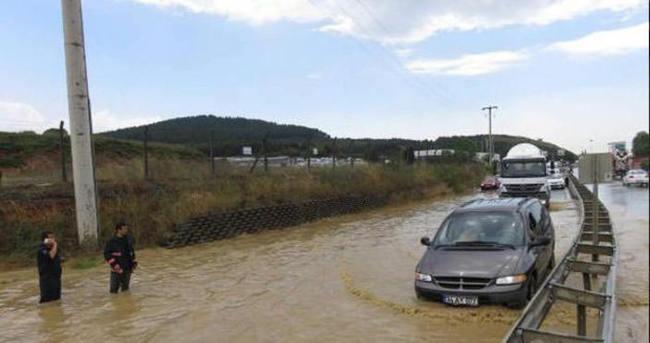 Tuzla'da yollar dereye döndü; araçlar mahsur kaldı