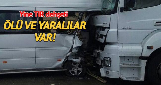 TIR minibüse çarptı: 2 ölü 6 yaralı