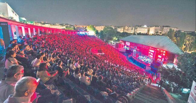Ceza'lı açılış konserini 300 mülteci izledi