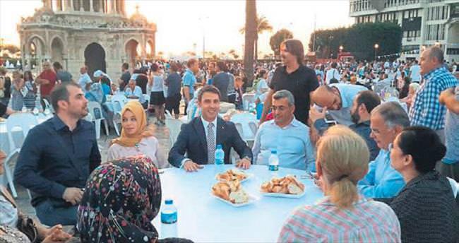 Konak Meydanı'nda gönül sofrasında iftar yaptılar