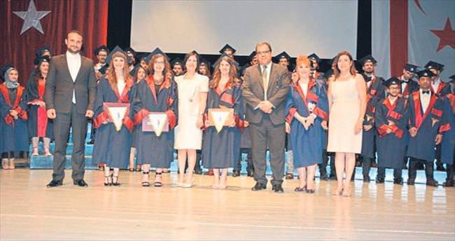 Doktor adayları diplomalarını aldı