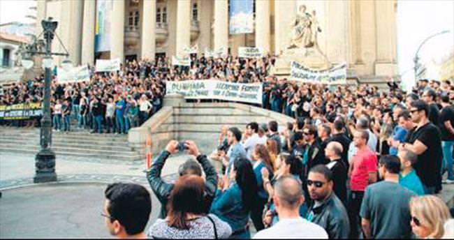 Polislerden tuvalet kâğıdı protestosu