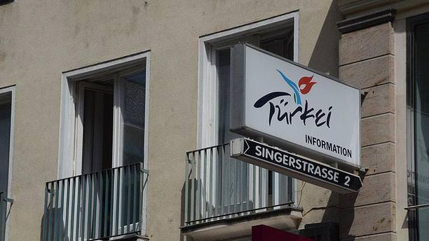 O ülkede PKK'lılar turizm ofisini bastı!