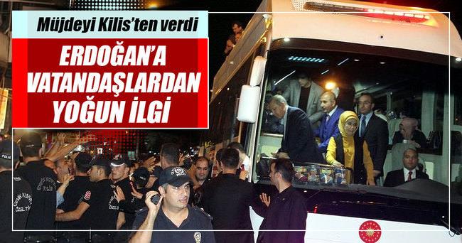 Cumhurbaşkanı Erdoğan'a Bitmeyen şarkının bestekarı yazılı pankartla karşılama