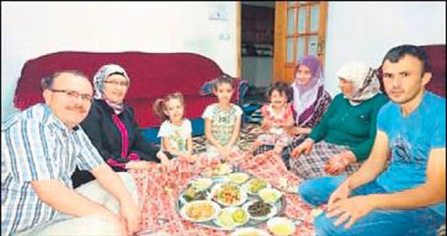 Şehit ailesi ile birlikte oruç açtılar