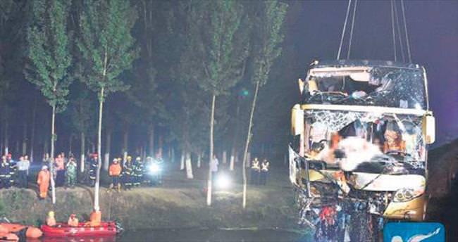 Lastiği patlayan otobüs kanala uçtu: 26 ölü