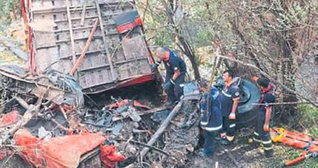 TIR uçuruma yuvarlandı: 2 ölü
