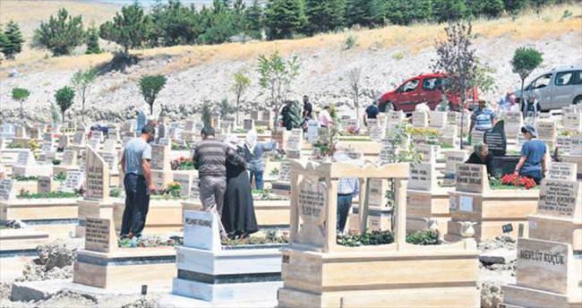 Bayramın ilk günü mezarlıklar doldu taştı