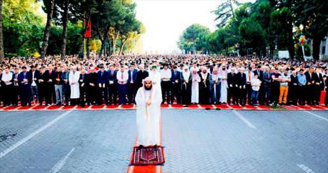 Dünya Müslümanları, dün sabah camilere akın etti