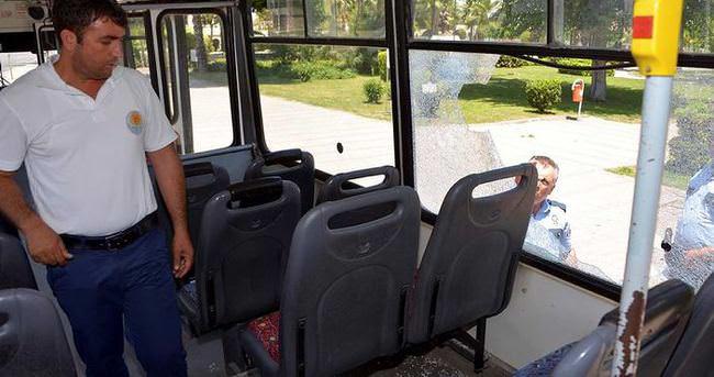 Taşlanan belediye otobüsündeki yolcu yaralandı