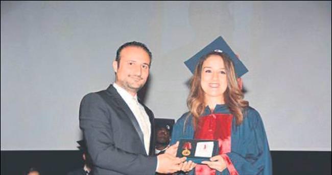 Eczacılık mezunları diplomalarını törenle aldı