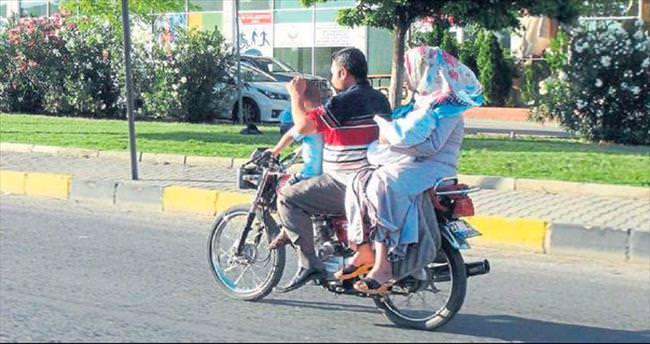 Motosiklet üstünde tehlikeli yolculuk