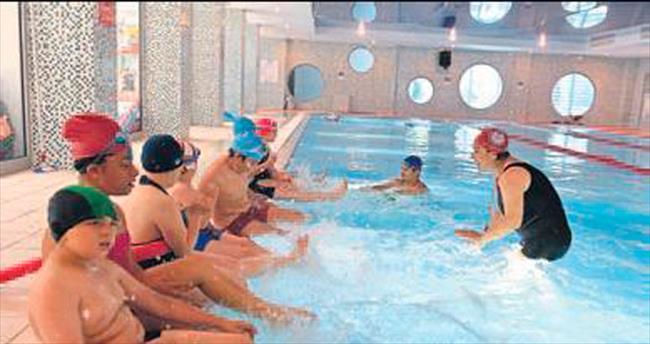 Engelsiz kulaçlar yüzme öğreniyor