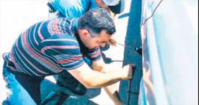 Yolda kalan sürücüye polisten yardım eli