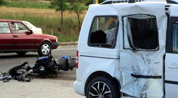 Motosiklet sürücüsü çarptığı aracın kırılan camından içeri girdi
