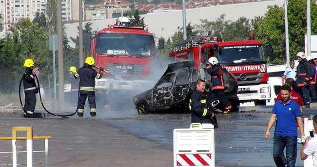 Atatürk Havalimanı açık otoparkta otomobil yandı