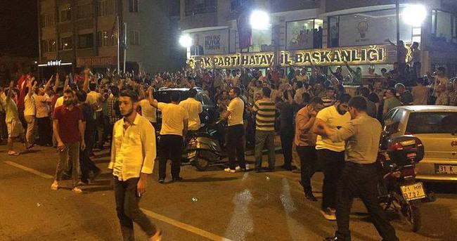 Hatay'da vatandaşlar darbe girişimine tepki gösterdi