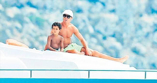Baba-oğul Ibiza tatilinde