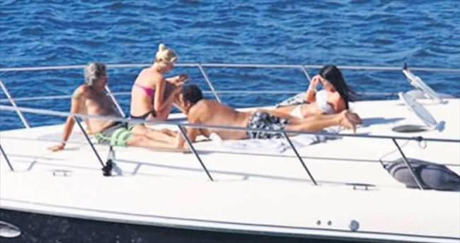 Arkadaşlarıyla teknede eğlendi