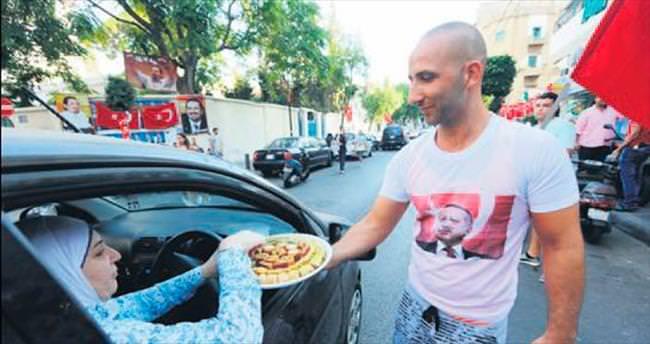 Beyrut'ta Türkiye için tatlı dağıttılar
