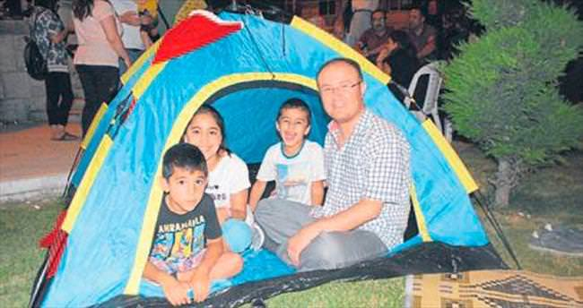 Nöbeti ailesiyle çadırda tutuyor