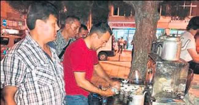 AK gönüllüler çay servisi yaptı