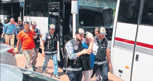 İzmir'de 24 hakim ve savcı tutuklandı