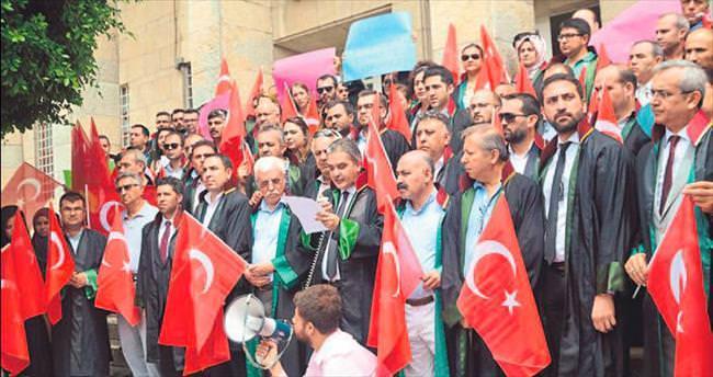 Adana Adliyesi'nde avukatlardan darbe protestosu
