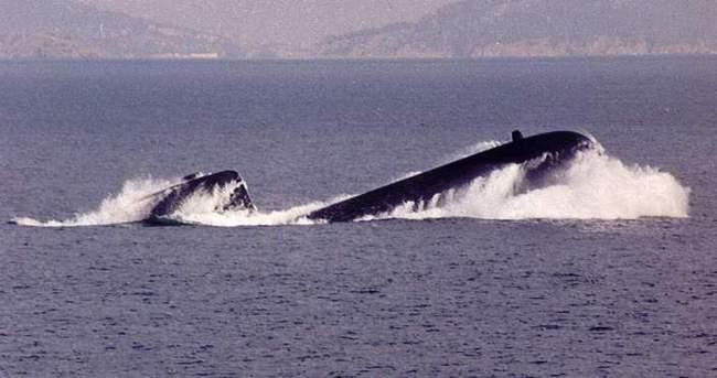 İngiliz denizaltısı ticari gemiyle çarpıştı