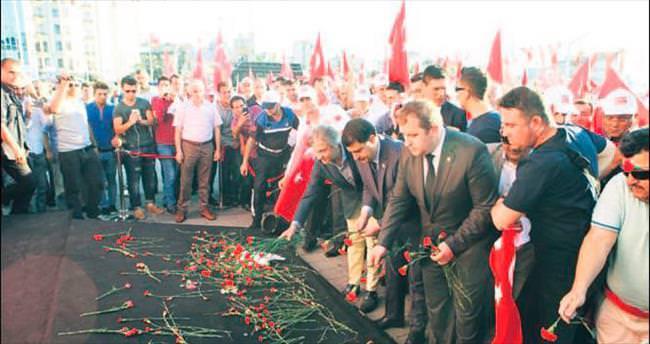 Muhtarlar demokrasi şehitleri için yürüdü