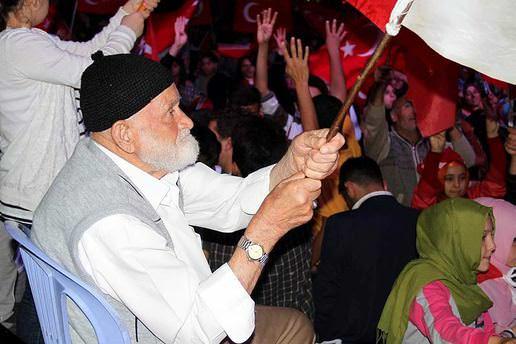 Yozgat'ta dedeler demokrasi nöbetinde!
