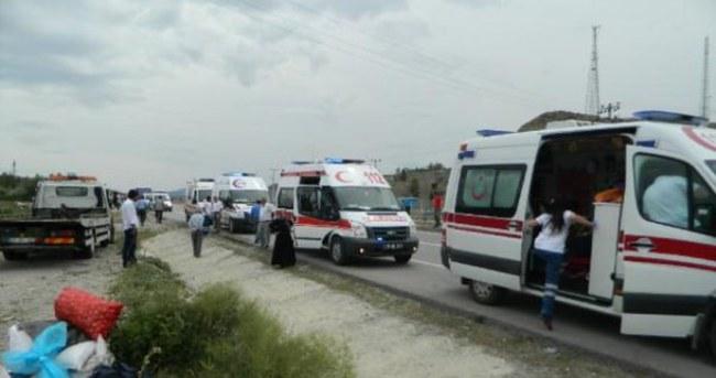 Çorum'da feci kaza: 4'ü bebek 12 yaralı