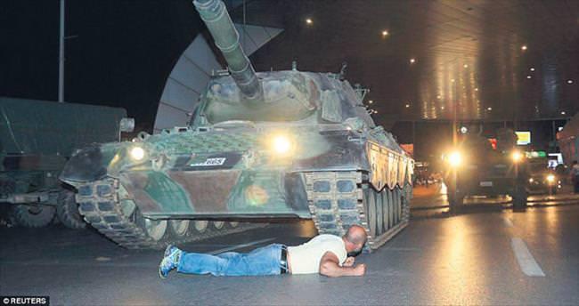 Darbecileri durdurmak için tankın önüne yattı