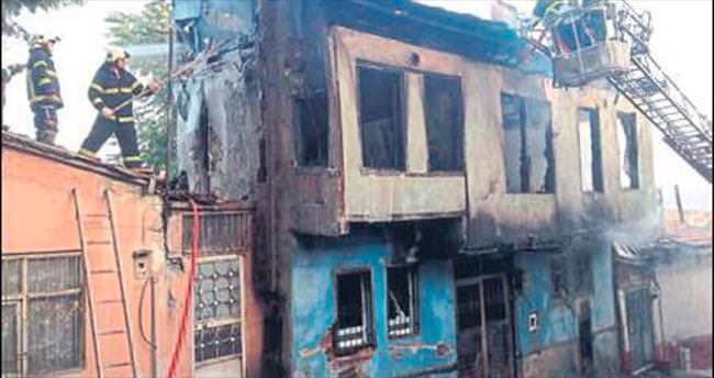 Alevlere teslim olan boş ev yıkıldı