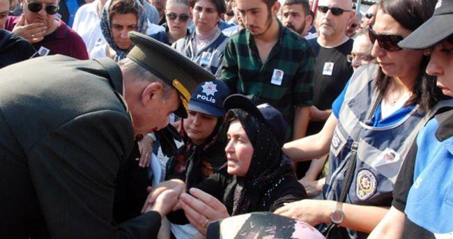 Şehit annesinin elini öpen o albay tutuklandı
