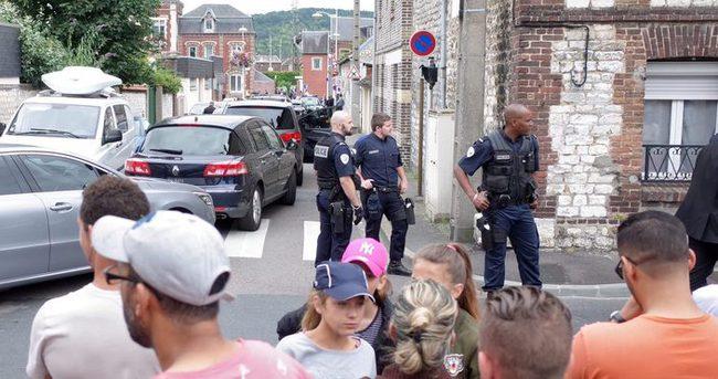 Fransa'da kiliseye bıçakla giren saldırganlar papazı öldürdü...
