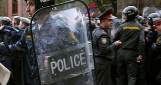 Erivan'da karakol basan iki kişi teslim oldu