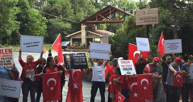 FETÖ elebaşı, ABD'deki malikanesi önünde protesto edildi