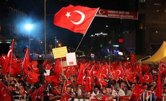 Bursa'da 10 bin kişi 'Demokrasi nöbeti'nde toplandı