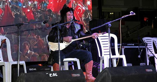Ünlü Kazak şarkıcı Nevşehir'de demokrasi nöbetinde